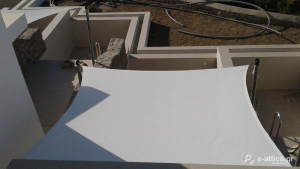 """ΕΦΕΛΚΙΟΜΕΝΕΣ τέντες με διάτρητο ύφασμα λευκό sunworker της εταιρείας DICKSON στην περιοχή θέση Βρύση στην Μύκονο στο νεόκτιστο ξενοδοχείο """"Κ"""""""